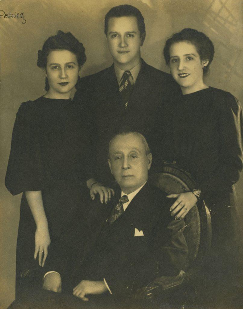 1939. Abril, 25, en el día de su grado de Abogado y Doctor en Ciencias Políticas, con sus dos hermanas, Rosa Elena y Lola, y su padre biológico, Rafael Caldera Izaguirre.