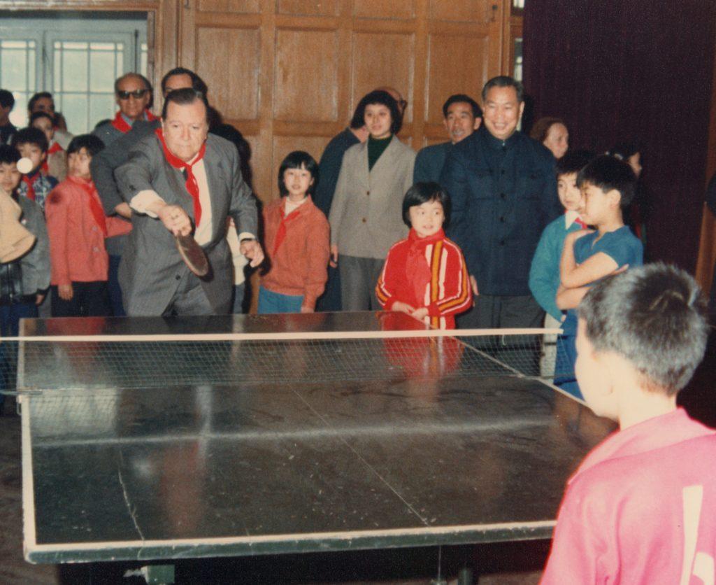 1981. Abril. 7. Jugando ping-pong, en su visita a China como Presidente de la Unión Interparlamentaria Mundial.