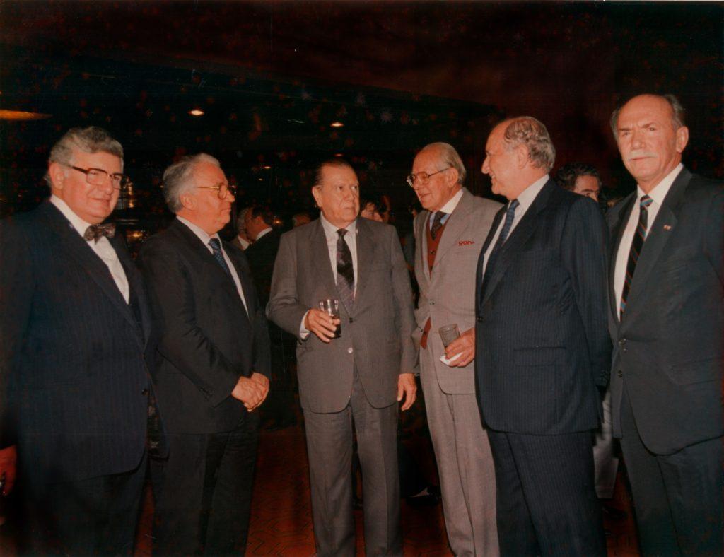 1989. Julio, 5. Con los ex Presidentes de Colombia, Julio César Turbay Ayala, Belisario Betancur, Alfonso López Miquelsen, Misael Pastrana Borrero y el embajador Ildegar Pérez Segnini.