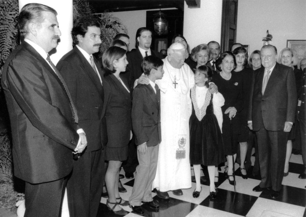1996. Febrero, 11. Juan Pablo II con la familia Caldera en La Casona.