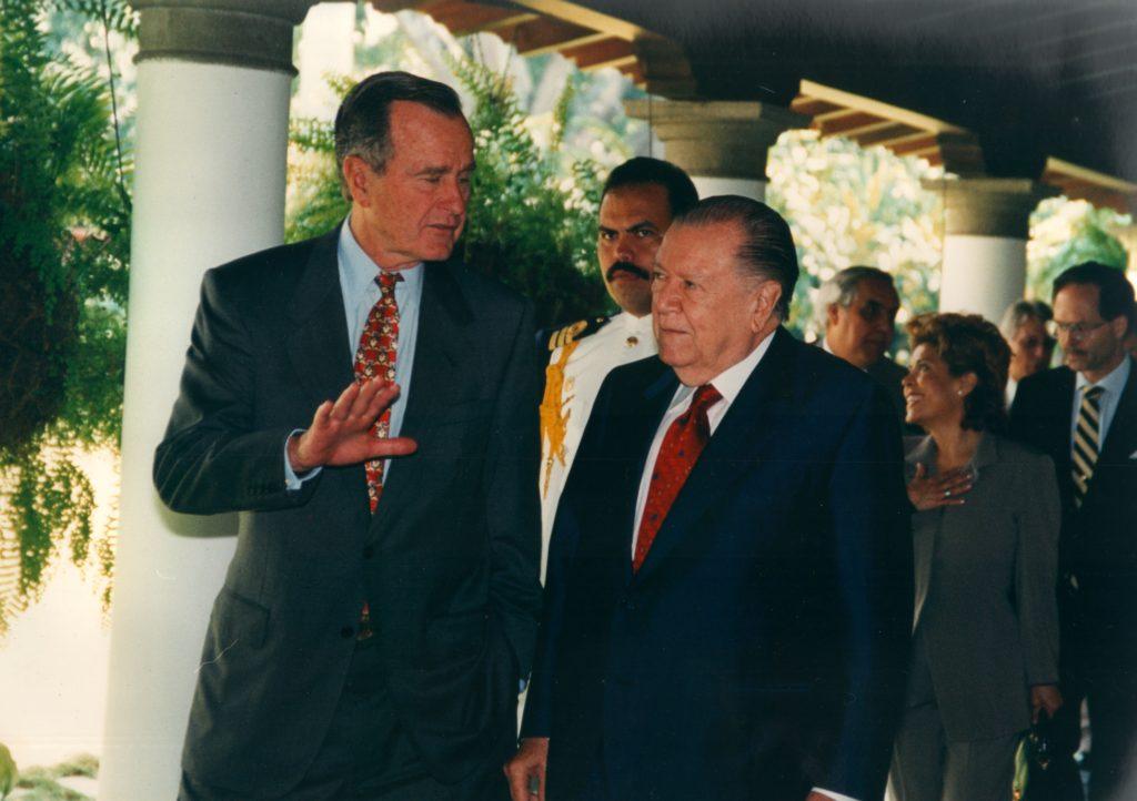 1996. Noviembre 20. En La Casona, con el expresidente de EEUU George Bush.