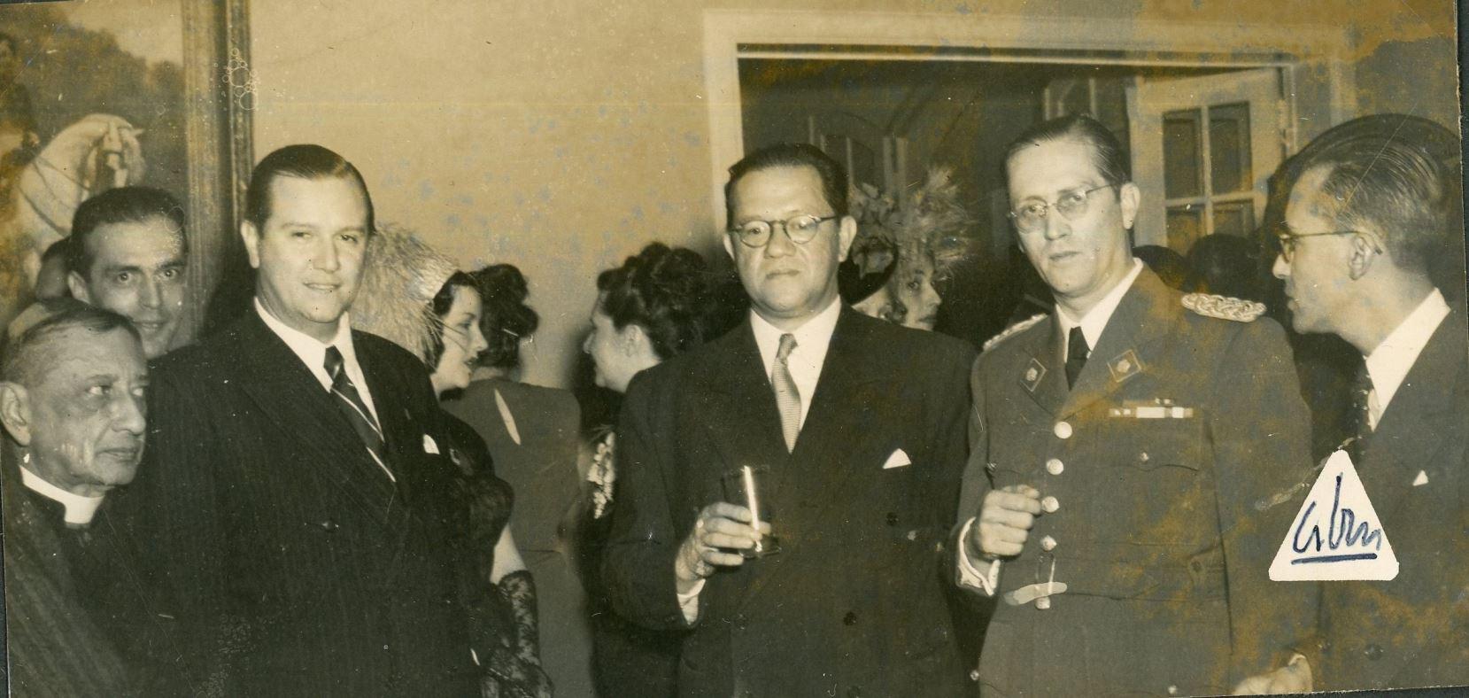 1949. Julio, 20. Rafael Caldera en la recepción de la embajada de Colombia, con Carlos Delgado Chalbaud.