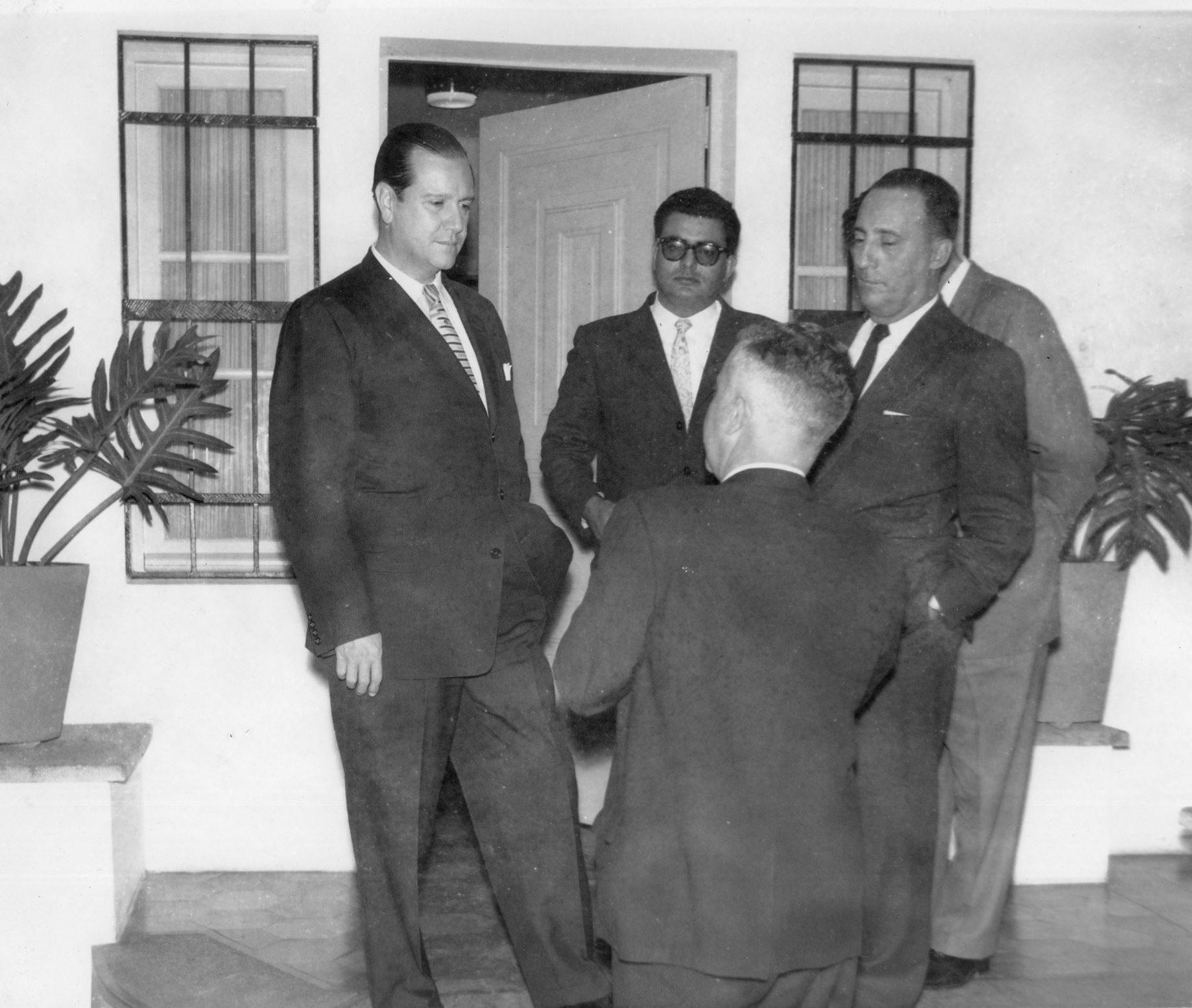 1959. Enero, 24. Conversando en la entrada de su casa Puntofijo, en su 43 aniversario.
