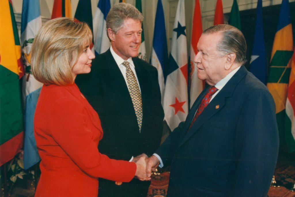 1994. Diciembre, 8. Saludo al presidente de Estados Unidos, Bill Clinton, y su esposa Hillary, en la Cumbre de las Américas, Miami.