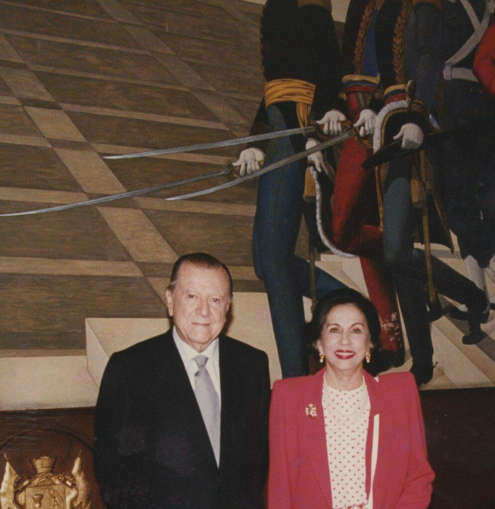1994. Febrero, 2. En el Capitolio Nacional, salón de los escudos, la pareja presidencial 1994-1999.