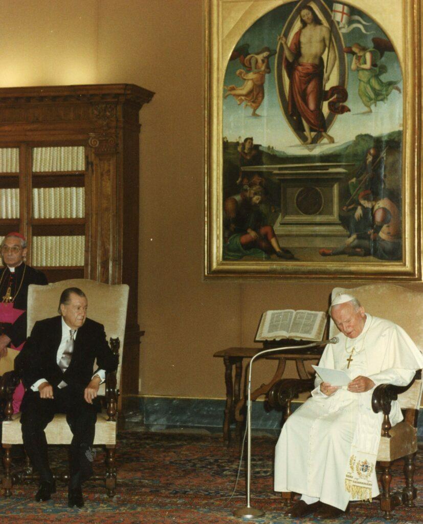 1995. Mayo, 5. Audiencia privada con SS Juan Pablo II en El Vaticano, Roma, con motivo de la beatificación de la Madre María de San José.