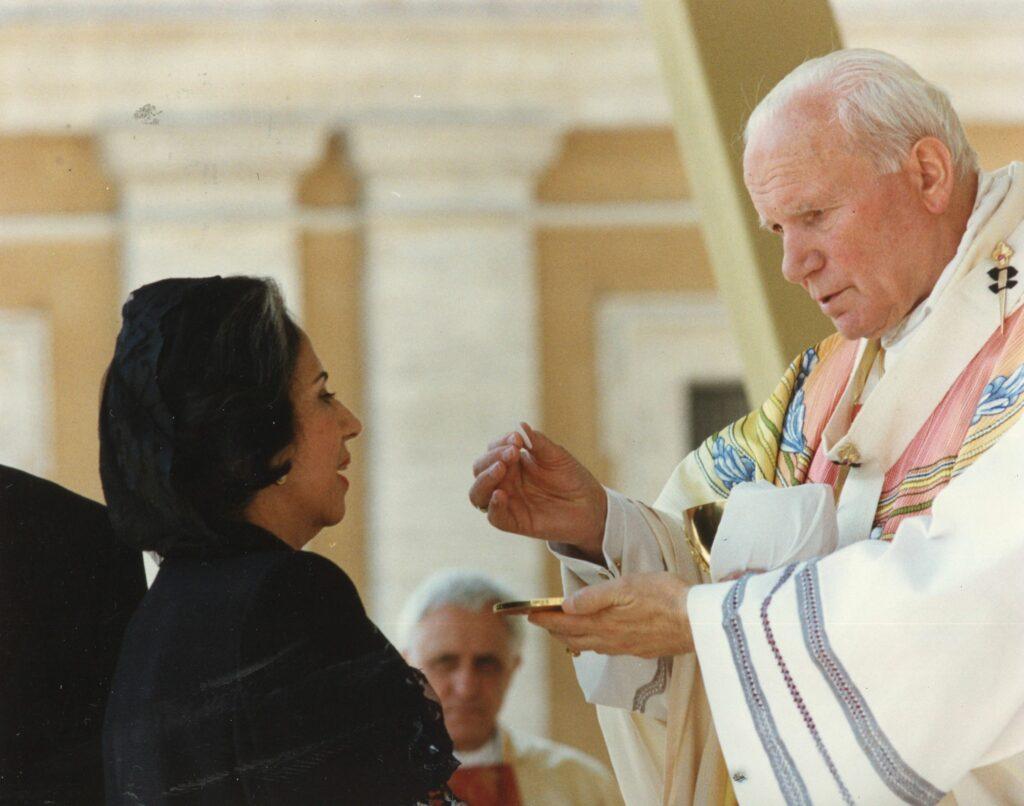 1995. Mayo, 7. Misa en la plaza San Pedro, con motivo de la beatificación de la Madre María de San José.