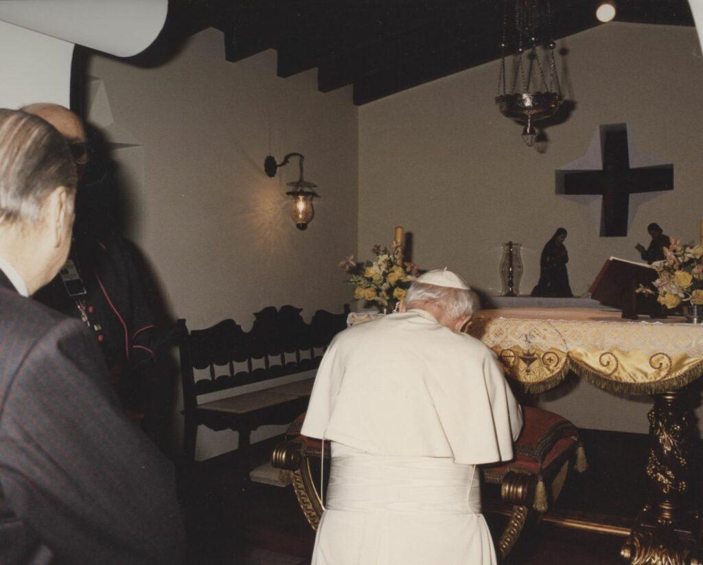 1996. Febrero, 9. SS Juan Pablo II, en el oratorio de la residencia presidencial La Casona.