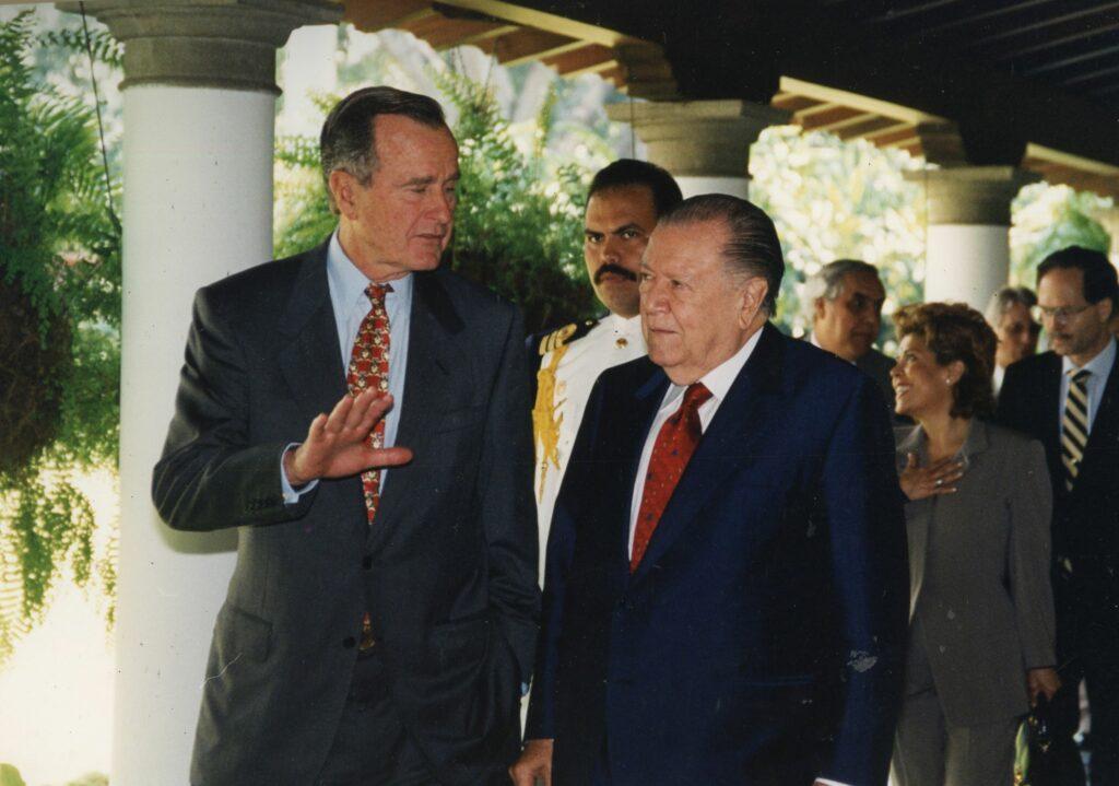 1996. Noviembre, 20. Desayuno en honor del ex presidente de USA George Bush en la residencia presidencial La Casona.
