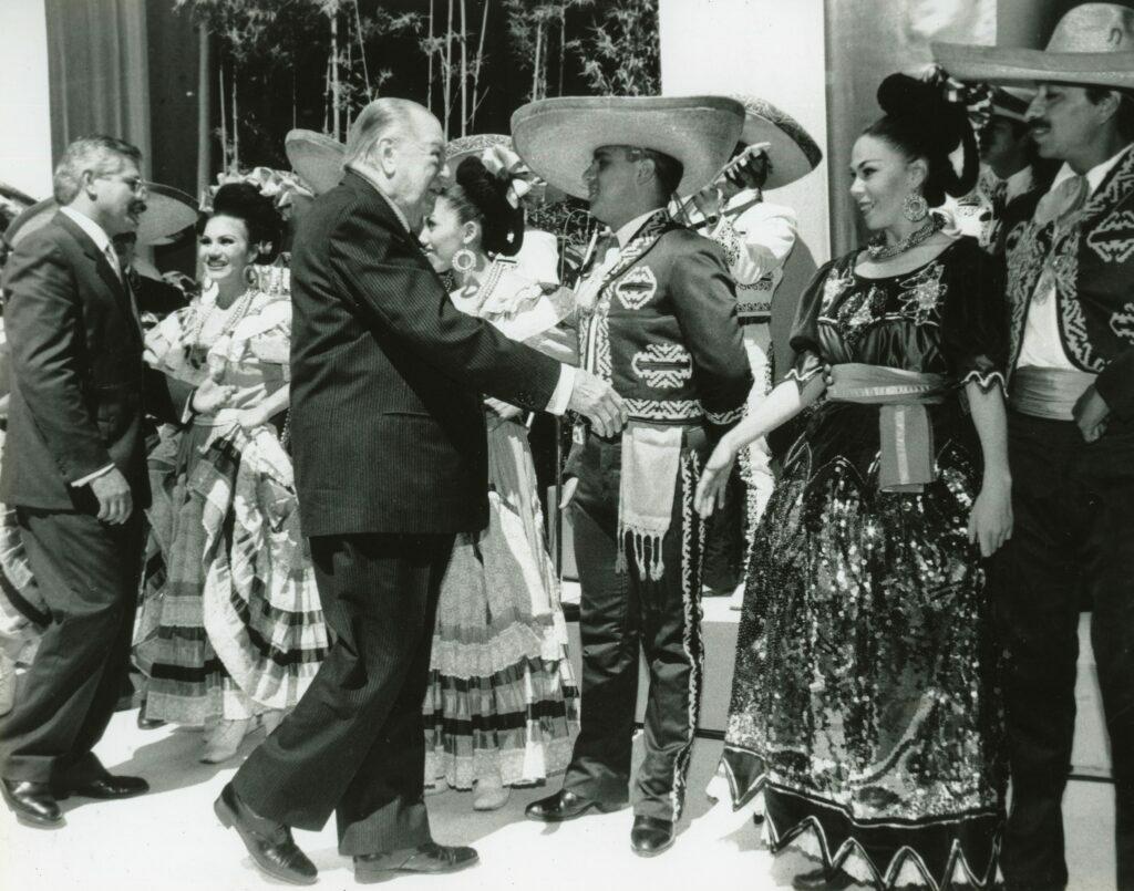 1997. Febrero 5. Recibimiento por Mariachis en la visita oficial a México.