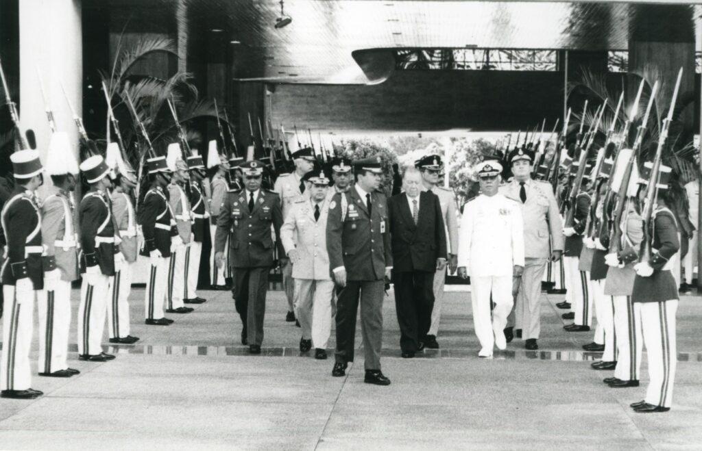 1997. Julio, 1. Llegando al Ministerio de la Defensa para la trasmisión de mando al nuevo Ministro, Tito Rincón Bravo.