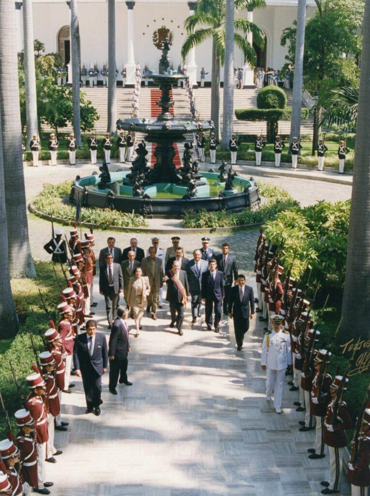 1997. Marzo, 13. Entrada al Capitolio con motivo del Tercer Mensaje al Congreso Nacional.