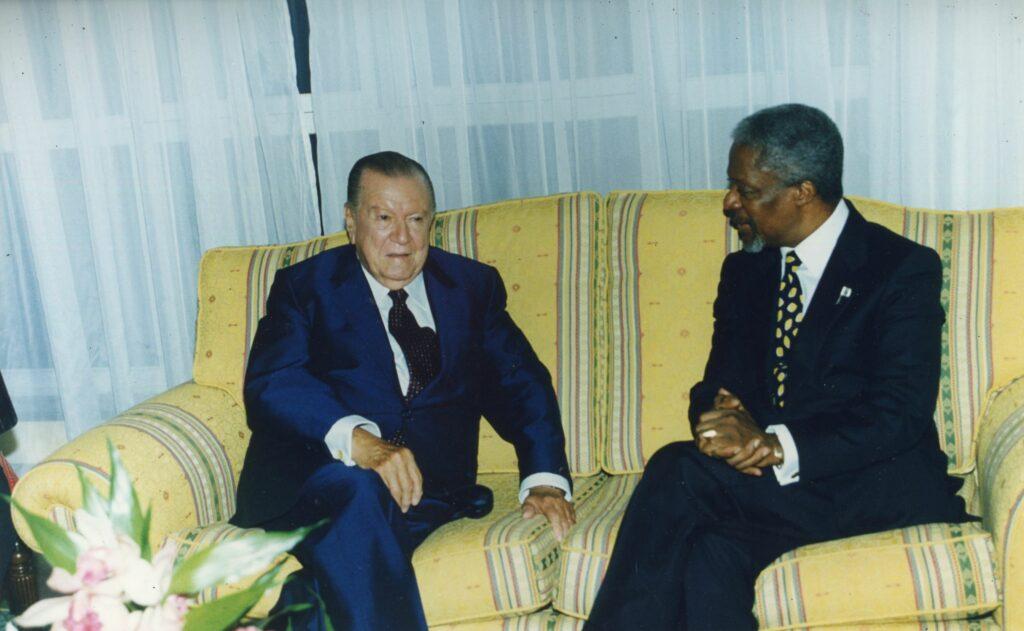1997. Noviembre, 6. Encuentro con Kofi Annan, secretario general de las Naciones Unidas, en la Isla de Margarita.