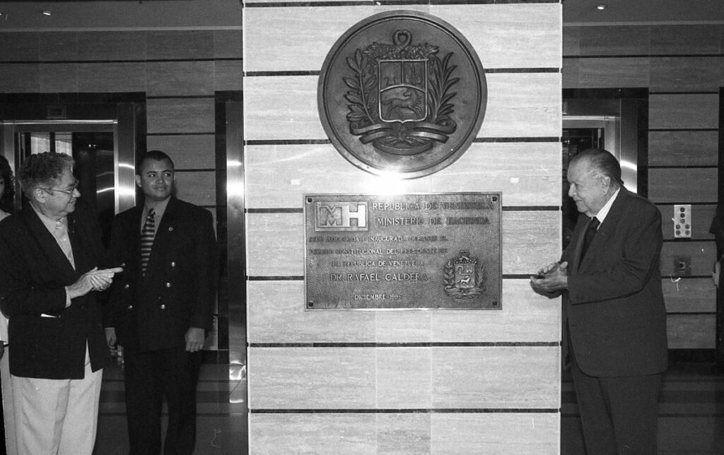 1998. Diciembre, 22. Inauguración de la nueva sede del Ministerio de Hacienda en la avenida Urdaneta, Caracas.