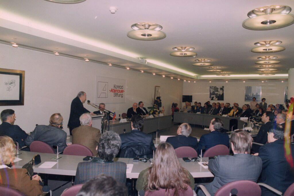 1998. Marzo, 19. Visita y conferencia en la Fundación Konrad Adenauer en Bonn, Alemania.