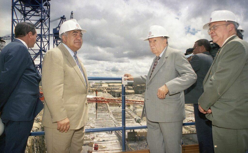 1998. Mayo, 30. Inspección a las obras de la represa de Caruachi, en Puerto Ordaz, estado Bolívar.
