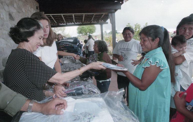 1998.Abril, 9 al 12. Tradicional intercambio de regalos con las comunidades indígenas de la Gran Sabana.